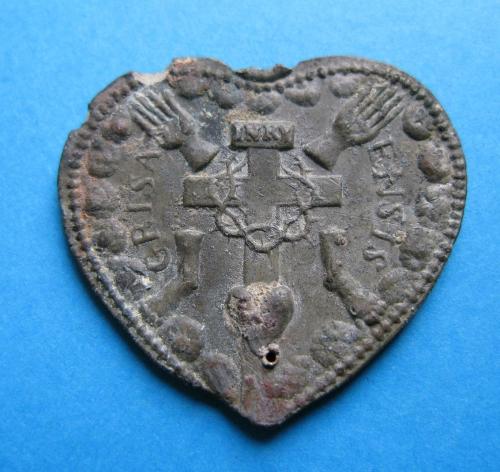 Insigne de pèlerin, plomb, coeur, Jésus, Marie, Joseph, Cinq Plaies